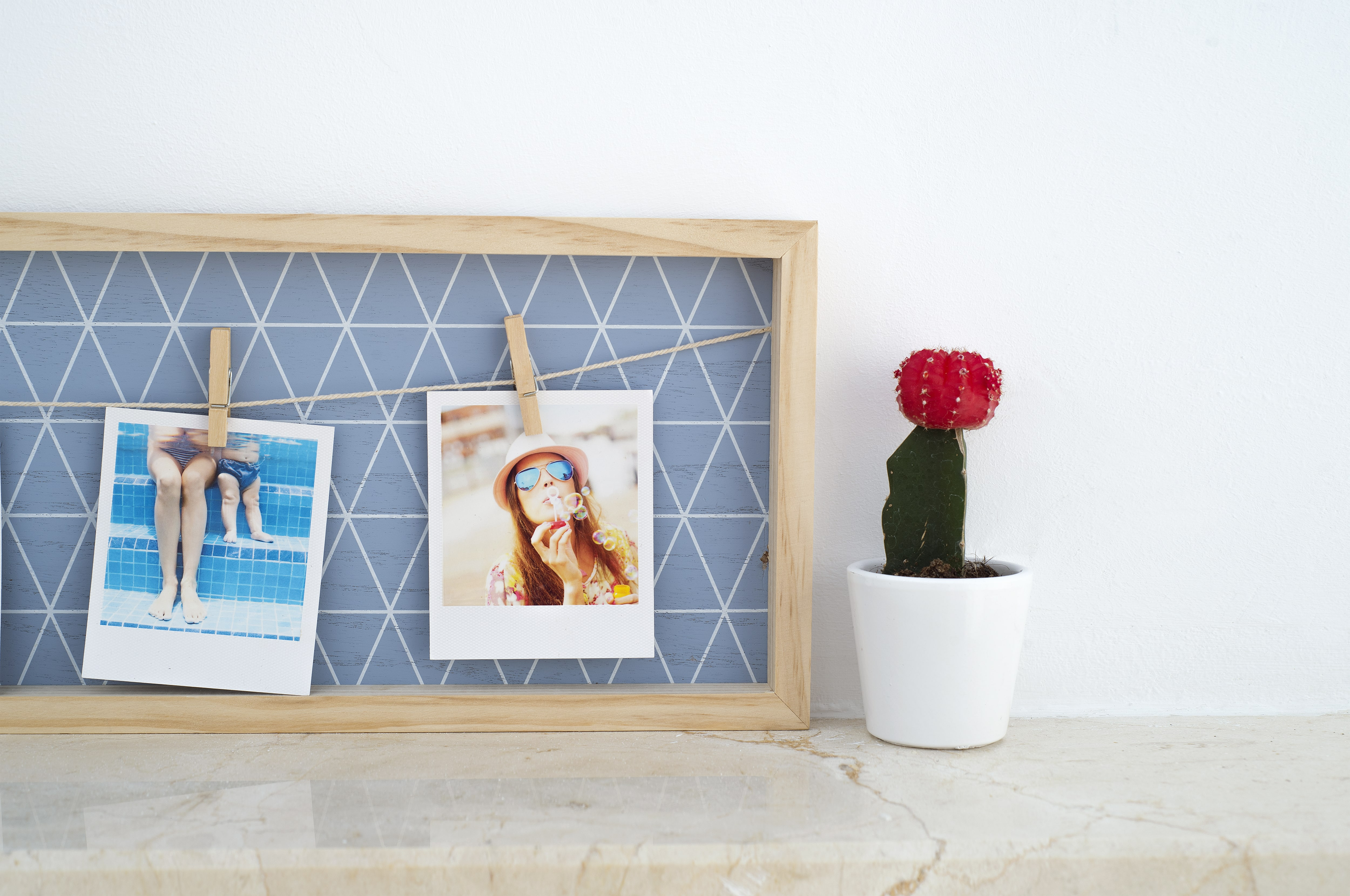 10 tendencias para decorar tus paredes con fotos reveladas - Decoracion paredes vintage ...