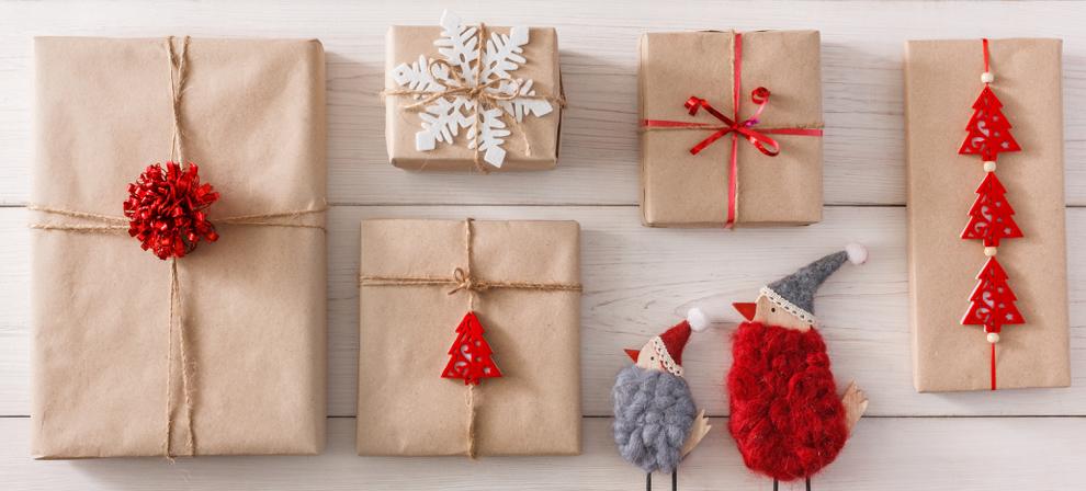 envolver regalos con pompones